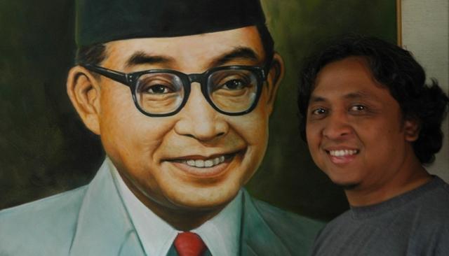 Bersama Bung Hatta di Bukittinggi, rumah kelahirannya (foto: Chandrasena)