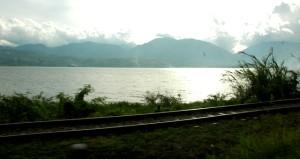 @ Danau Singkarak: rel kereta Padang-Payakumbuh yang mangkrak. (foto: AA Kunto A)