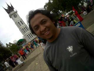 Berlatar Jam Gadang di Bukittinggi, Sumatera Barat