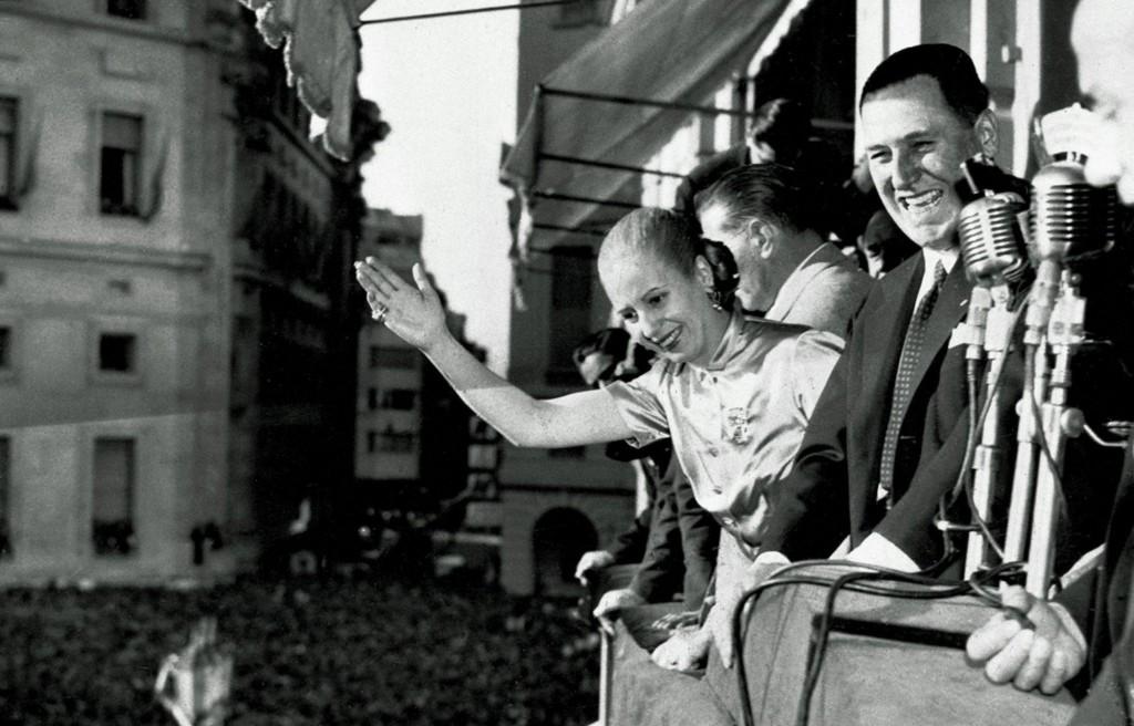 Ibu Negara Eva Peron dan Presien Juan Peron menyapa warga dari balkon. (foto: The Sun)