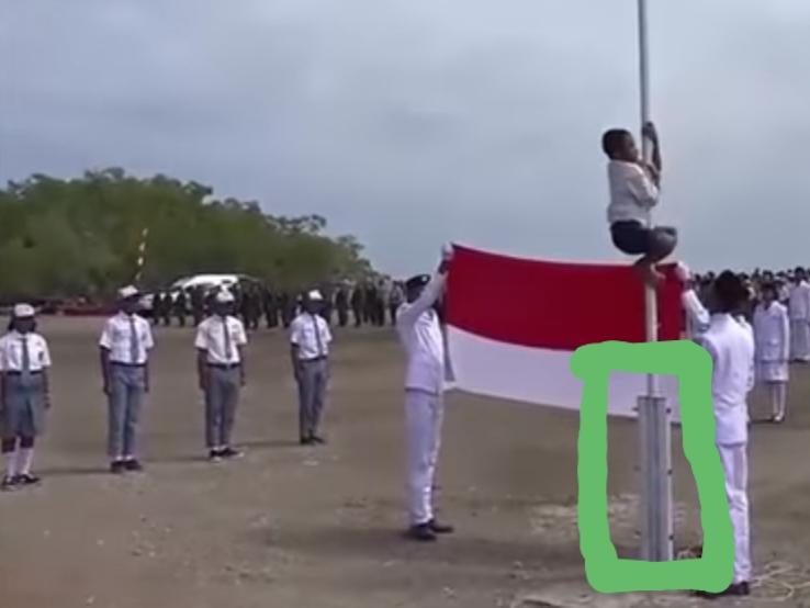 Joni dan tiang bendera yang pangkalnya saya kotaki hijau. (foto: capture Youtube Mediapro Music)